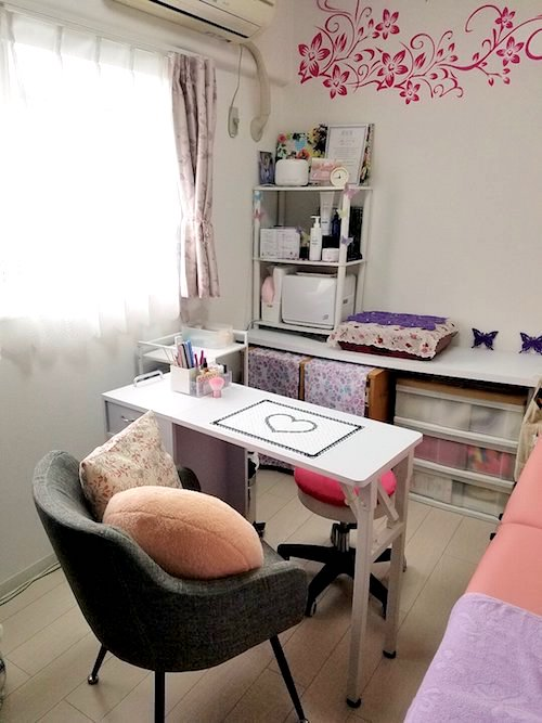 中央にネイル施術テーブルとソファ Privert salon Rania 〜ラニア〜