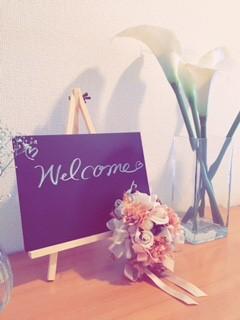 ウェルカムボードと花の写真