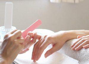塗らないネイルケアももいろネイルで爪を整える